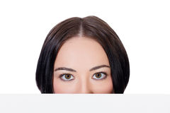 Femme regardant au-dessus du conseil vide blanc Images libres de droits
