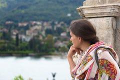 Femme regardant au-dessus du lac Maggiore Photo stock