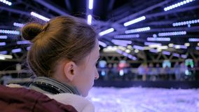 Femme regardant autour dans le musée moderne banque de vidéos