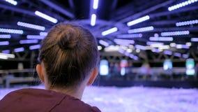 Femme regardant autour dans le mus?e moderne banque de vidéos