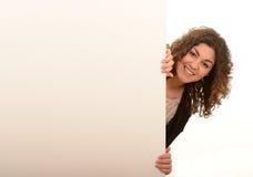 Femme regardant autour du panneau d'affichage Photos libres de droits