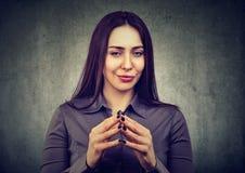 Femme regardant avec l'expression astucieuse, ayant la bonne idée Image libre de droits