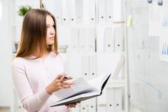 Femme regardant des graphiques de gestion Photos libres de droits