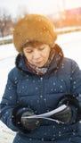 Femme regardant des photos Photos libres de droits