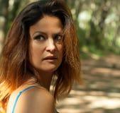 Femme regardant en arrière avec les yeux intenses Photographie stock libre de droits