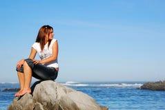 Femme regardant en arrière Photographie stock libre de droits
