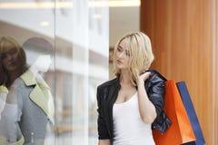 Femme regardant l'étalage Photos libres de droits