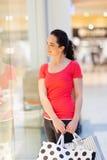 Femme regardant l'étalage de mémoire Image stock
