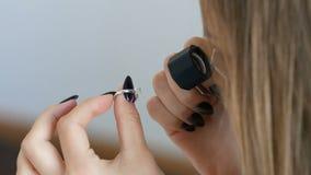 Femme regardant l'anneau par la loupe du bijoutier dame essayant sur un certain bijou à la boutique banque de vidéos