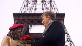 Femme regardant l'homme aimé avec le bouquet avec l'embarras, tard pour la date clips vidéos