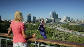 Femme regardant l'horizon de Perth banque de vidéos