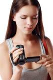 Femme regardant la caméra vidéo Photographie stock