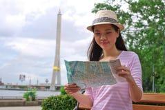 Femme regardant la carte Image libre de droits