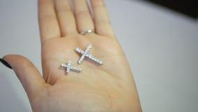Femme regardant la croix ses mains dans le magasin de bijoux dame essayant sur un certain bijou à la boutique banque de vidéos