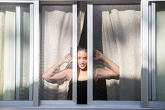 femme regardant la fenêtre ouverte Images libres de droits