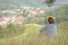 Femme regardant la jument de Copsa, Roumanie Image libre de droits