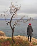 Femme regardant la mer Images libres de droits