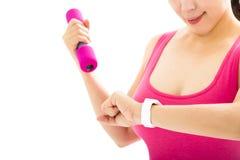 femme regardant la montre intelligente de sports photographie stock libre de droits