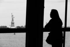Femme regardant la statue de la liberté photo stock