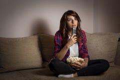 Femme regardant la TV photographie stock libre de droits