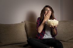 Femme regardant la TV images libres de droits