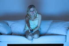 Femme regardant la TV Photo libre de droits