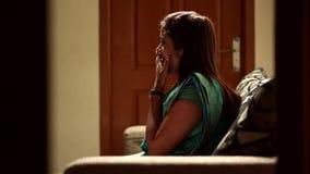 Femme regardant la TV avant d'aller dormir dans la chambre à coucher clips vidéos