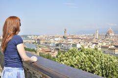 Femme regardant la ville de Florence photographie stock