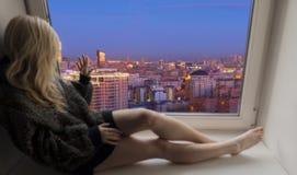 Femme regardant la ville de nuit Image libre de droits