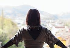 Femme regardant la vue images libres de droits