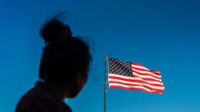 Femme regardant le drapeau américain photos libres de droits