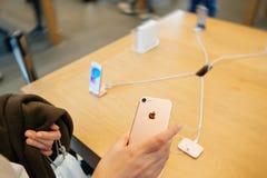 Femme regardant le nouvel iphone 7 d'appareil-photo d'iSight Photographie stock