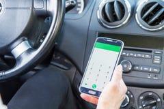 Femme regardant le téléphone portable dans la voiture images stock