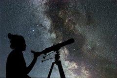 Femme regardant les étoiles avec le télescope près de elle photo libre de droits