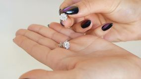 Femme regardant les boucles d'oreille ses mains dans le magasin de bijoux dame essayant sur un certain bijou à la boutique banque de vidéos