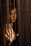Femme regardant par des amorçages Photographie stock