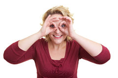 Femme regardant par des doigts Images libres de droits