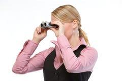 Femme regardant par des jumelles Photo libre de droits