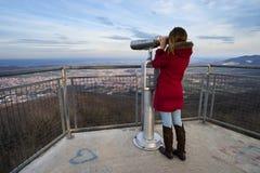 Femme regardant par des jumelles Image libre de droits