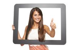 Femme regardant par la trame photographie stock libre de droits