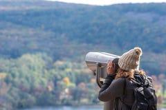 Femme regardant par les jumelles à jetons photo libre de droits