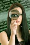 Femme regardant par une loupe Images stock