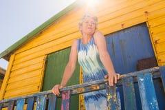 Femme regardant partie tout en se tenant la hutte Images stock