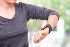 femme regardant sa montre intelligente photographie stock
