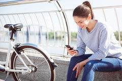 Femme regardant son téléphone photos libres de droits
