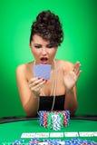 Femme regardant stupéfaite des cartes photos libres de droits