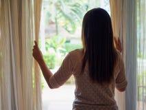 Femme regardant une fenêtre, à l'intérieur photo libre de droits