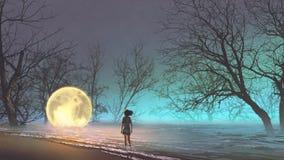 Femme regardant une lune tombée Photographie stock libre de droits