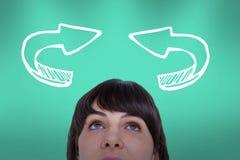 Femme regardant vers le haut avec des flèches au-dessus de ses têtes Photos stock