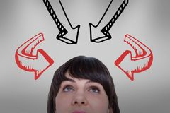 Femme regardant vers le haut avec des flèches au-dessus de ses têtes Image libre de droits